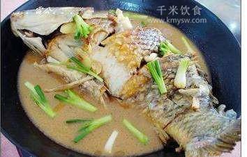 姜葱焖鲤鱼的做法及介绍---千米饮食网