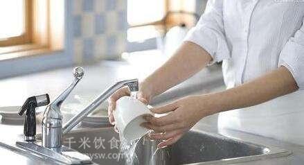 你会清洗水杯吗? 如何清洗水杯才干净?---千米饮食网