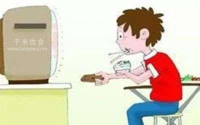 吃东西时看电视有害健康---千米饮食网(www.kmysw.com)