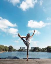 站立瑜伽帮你全面消耗脂肪---千米饮食网