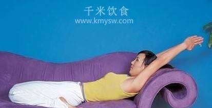 沙发瑜伽操8式 舒缓压力放松身心---千米饮食网