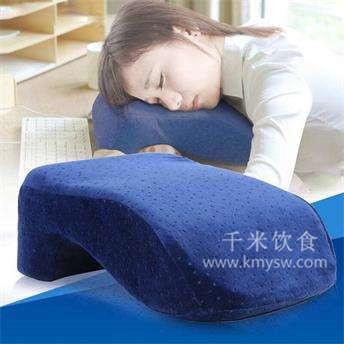 以手代替枕头 引发三大危害---千米饮食网